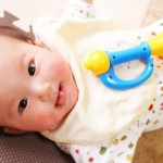 写真撮影で赤ちゃんを笑顔にするには「うちわ」を使うと良い