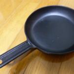 ニトスキ売り切れのため「イシガキ 鉄鋳物フライパン」で快適スキレット生活。フタは100均で十分。